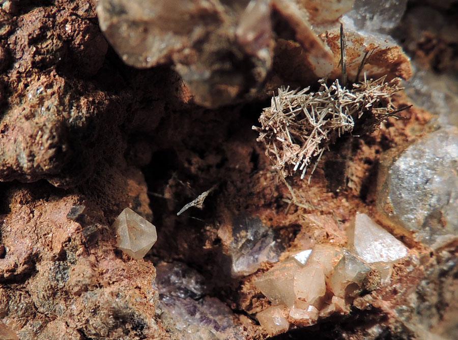 Bismuthinite, Scheelite