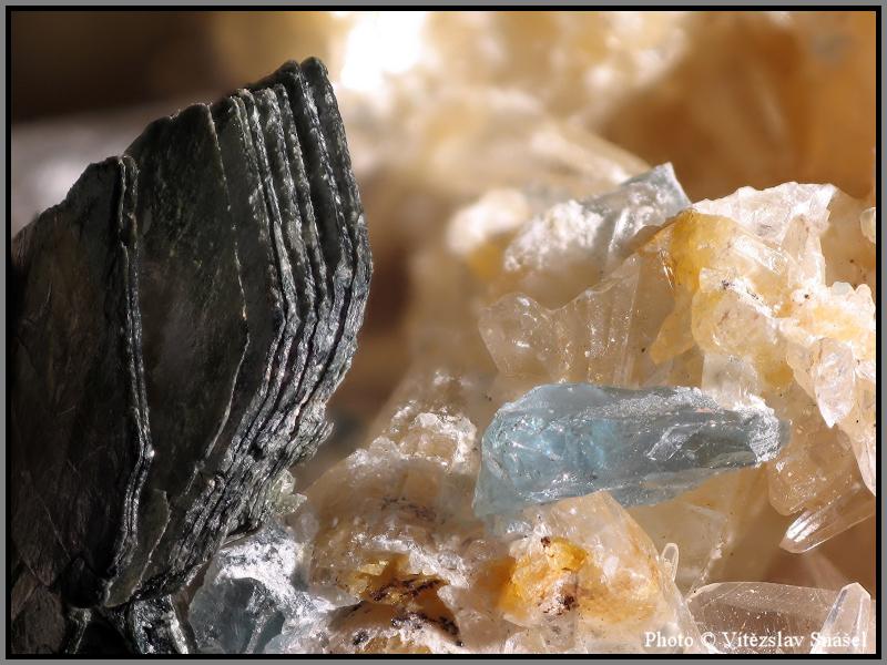 Fluorapatite, Phlogopite, Calcite
