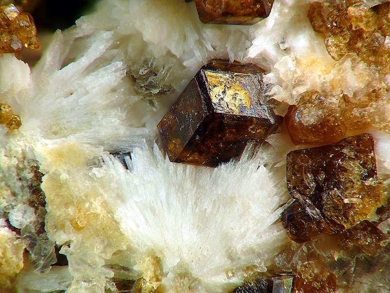 Grossular, Natrolite