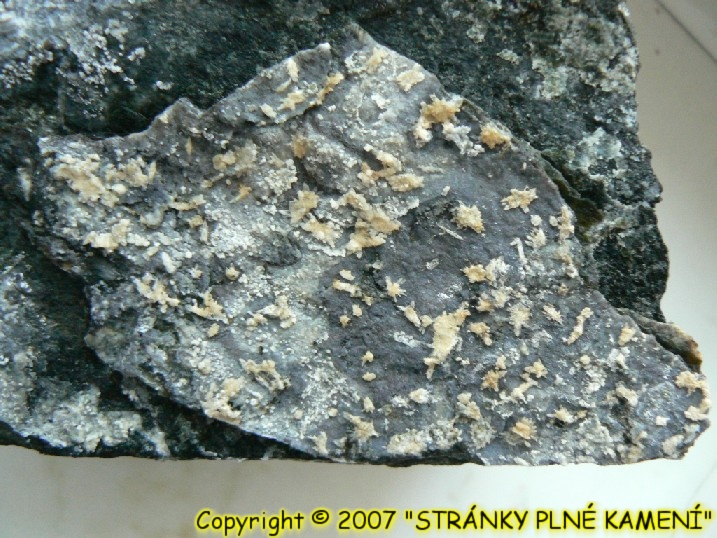 Hydromagnesite, Huntite, Opal